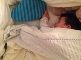 Nico duerme con su cojin Nube