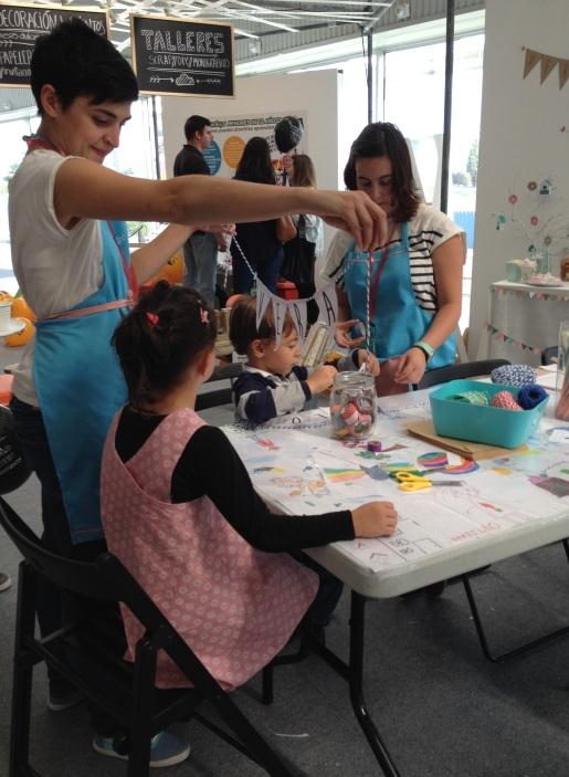 Vera con su pinafore en el taller de Nuvolé